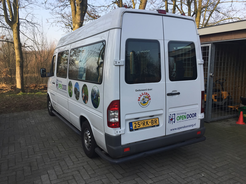 OpenDoor bus met Pallieter sticker